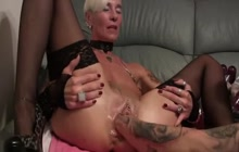 Mature slut gets pussy fisted