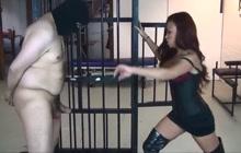 Ebony mistress ballbusted her slave